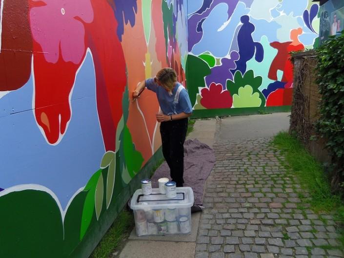 Mette hansgaard maler med flugger farver