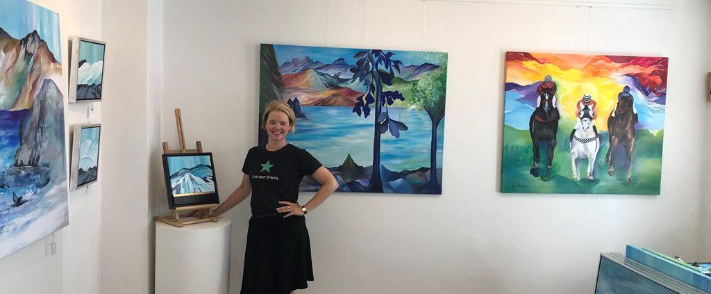 Mette Hansgaard er billedkunstner og har Galleri i Rørholmsgade kld.tv. lige ved Botanisk have.