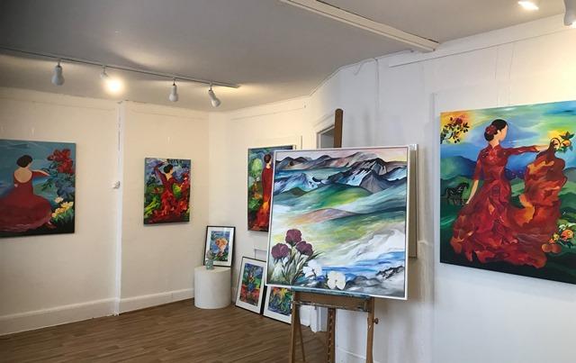 kunstneren mette hansgaard i atelier og galleri h