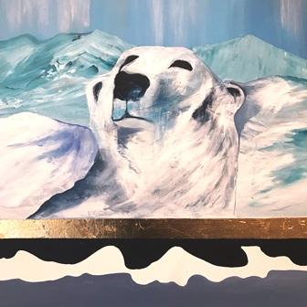 Isbjørn der kigger frem fra klipperne. Det håndbelagte guld referere til det arktiske guld og råstofsituationen på Grønland